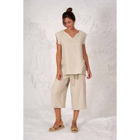 Conjunt format per la camisa sense mànigues Peeters i el pantaló pirata Orsola, els dos de lli i cotó d'estampat lunar.
