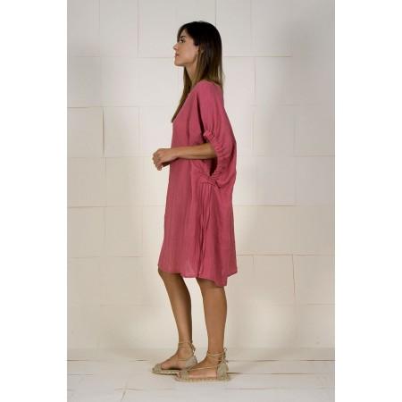 Lateral del vestit/brusó granat/rosat de lli amb màniga caiguda.