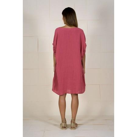 Part de darrere del vestit granat/rosat de lli amb màniga caiguda.