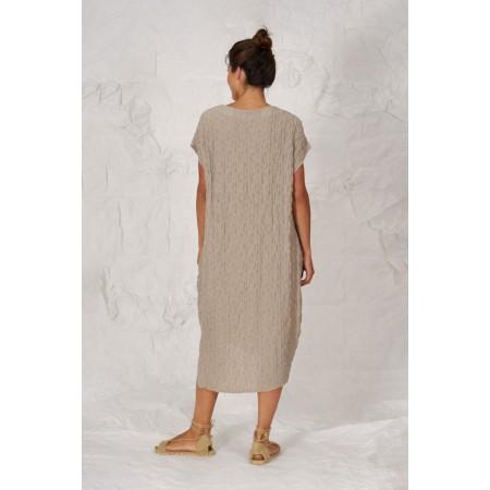 Parte de atrás del vestido Popova beige de manga corta caída y largo asimétrico.