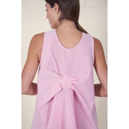 Detall de l'esquena en forma de llaç de la brusa sense mànigues Hitda 100% cotó, d'estampat mil ratlles roses i blanques.