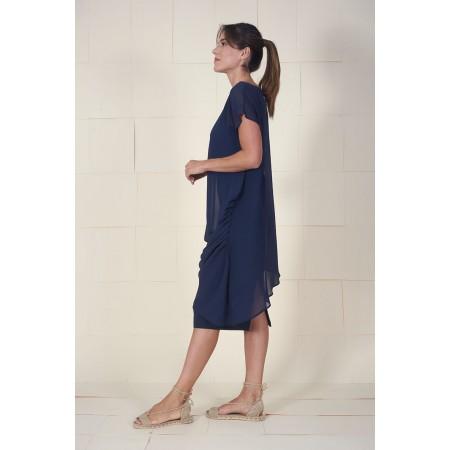 Imagen lateral del vestido Dumas azul drapeado en hombro y lateral con bandeau interior.
