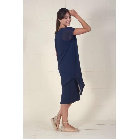 Imagen lateral del vestido Dumas azul drapeado en hombro y lateral, de largo asimétrico con bandeau interior.