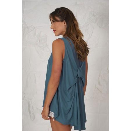 Foto de perfil de la blusa azul sin mangas 100% algodón con espalda en forma de lazo.