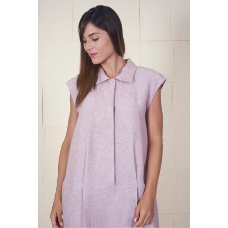 Vestit camiser de lli rosa pal amb tapeta amb botons  i dos plecs a la cintura.