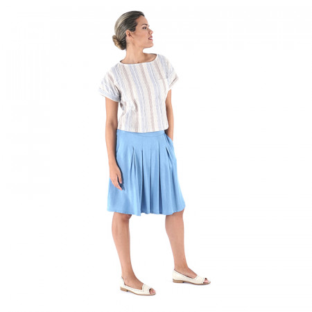 Blusa a rayas azules djakarta y pantalón vermuda en tencel azul claro