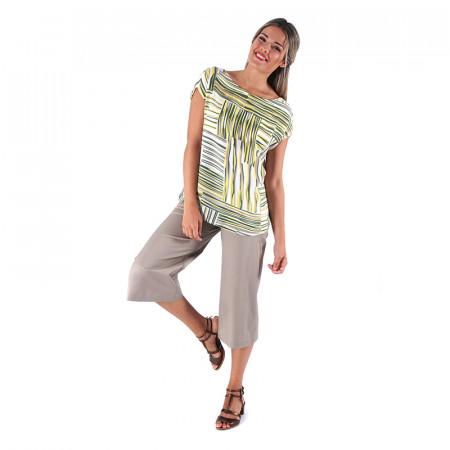 Blusa estampada verde de viscosa y pantalón de algodón satén beige