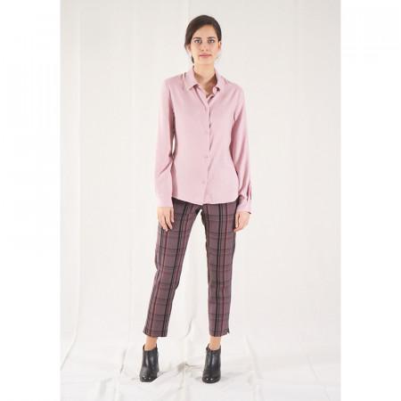 Pantalón pitillo a rayas rosas y grises con camisa rosa