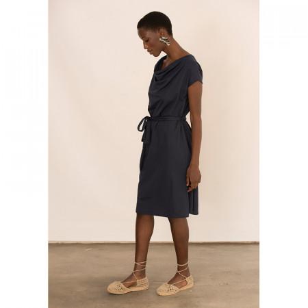 Vestido azul atado en la cintura con manga caída