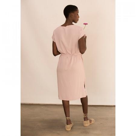 Vestit rosa nuat a la cintura amb màniga caiguda