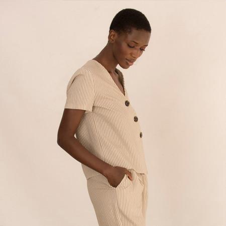 Blusa de lino y viscosa a rayas beige de manga corta y cuello en pico