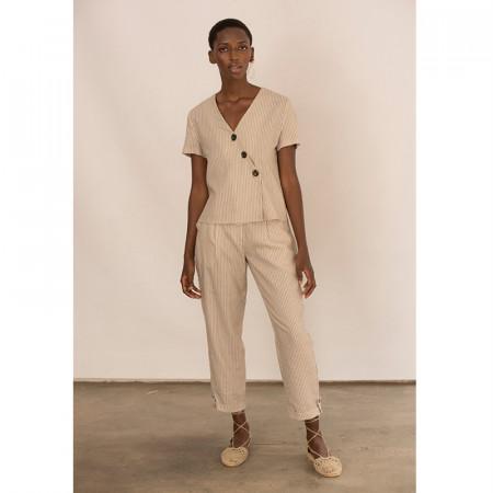 Conjunto de blusa y pantalón corsario a rayas beige de lino y viscosa