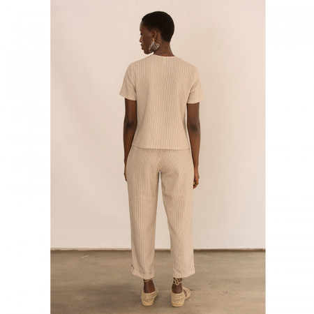 Conjunto de blusa y pantalón corsario a rayas beige Dona Kolors