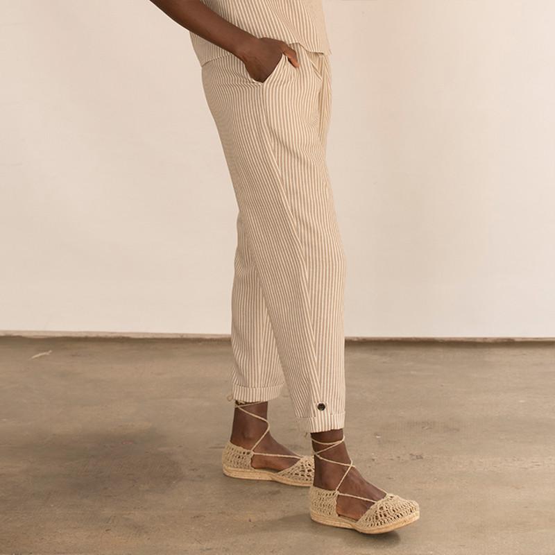 Pantalón corsario a rayas beige con bolsillos