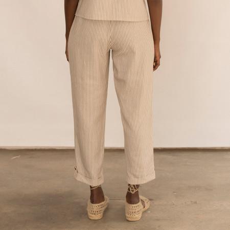 Pantalón corsario a rayas beige con bolsillos Dona Kolors