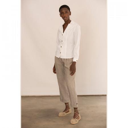 Conjunto de camisa blanca y pantalón corsario de lino kaki