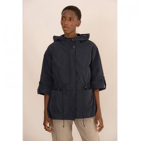 chaqueta azul con capucha