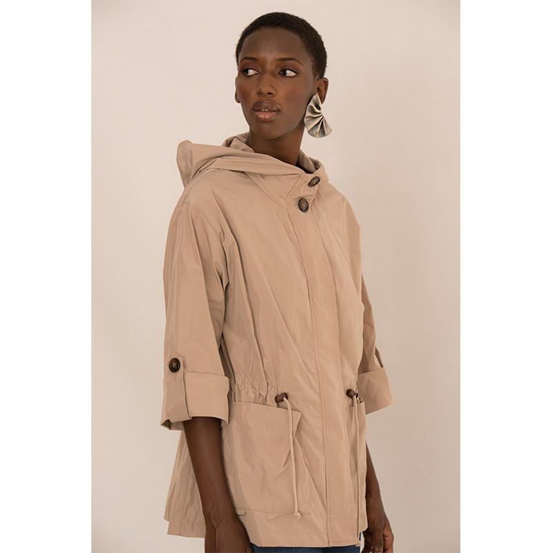 chaqueta beige con bolsillos y capucha